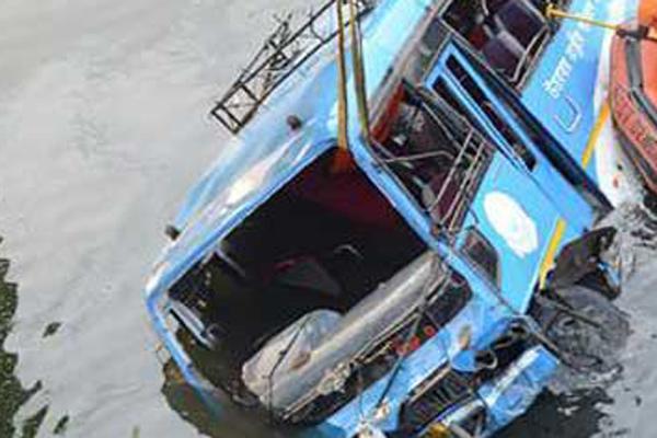 ভারতের পশ্চিমবঙ্গে যাত্রীবাহী বাস নদীতে, নিহত ৪৫ জন