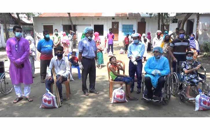 নিজ জেলা ব্রাহ্মণবাড়িয়ার ১০০ প্রতিবন্ধীকে খাদ্যসহায়তা পাঠালেন নরসিংদীর জেলা প্রশাসক