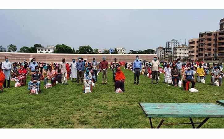 ব্রাহ্মণবাড়িয়ায় ৩০০ দর্জি ও গৃহকর্মীকে খাদ্য সহায়তা দিলেন জেলা প্রশাসক