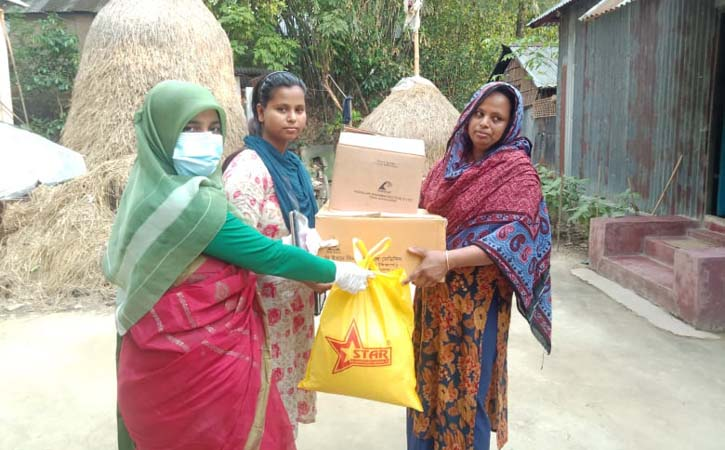 আখাউড়ায় ১৪ করোনাজয়ী যোদ্ধাকে উপহার সামগ্রী দিলেন উপজেলা নির্বাহী কর্মকর্তা