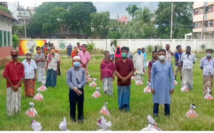 ব্রাহ্মণবাড়িয়ায় স্টেশনের কুলি ও ভ্রাম্যমাণ চা বিক্রেতারা পেলেন খাদ্য সহায়তা