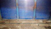 পুলিশ হুমকি দেয়ার পর দোকানে তালা দিলো প্রতিপক্ষ